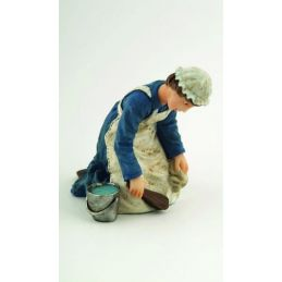 1/12th Scale Dolls House Kneeling Maid